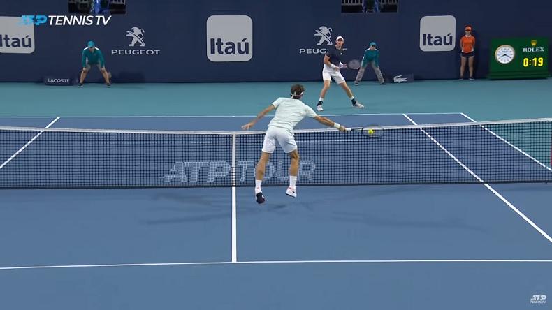 Roger Federer fait quatre volées réflexes dans ce point incroyable contre Kevin Anderson à Miami.