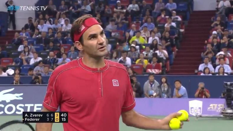 Roger Federer prend un point de pénalité au Masters de Shanghai 2019 et l'arbitre va un peu stresser.