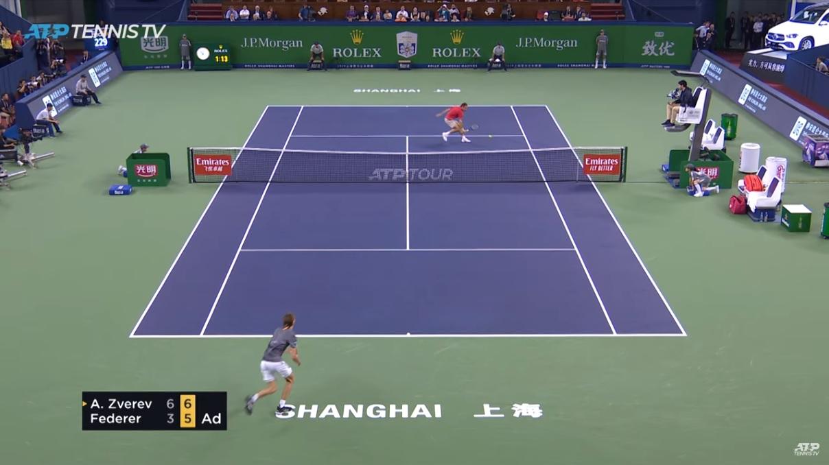 Roger Federer produit un tennis incroyable pour effacer cinq balles de match et remporter le deuxième set contre Zverev à Shanghai.