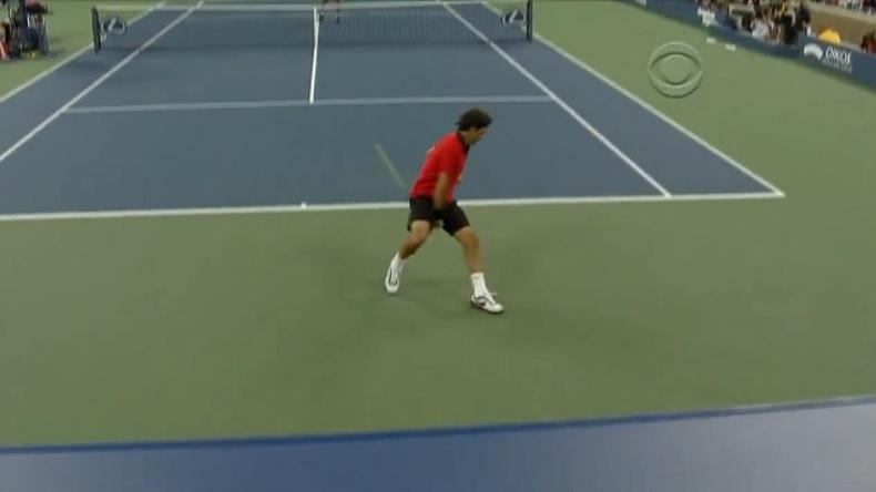 Roger Federer se procure trois balles de match contre Djokovic avec ce passing gagnant entre les jambes à l'US Open 2009.