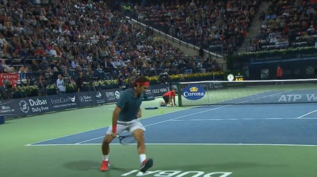 Roger Federer réussit un tweener lobé au tournoi de Dubaï 2014.