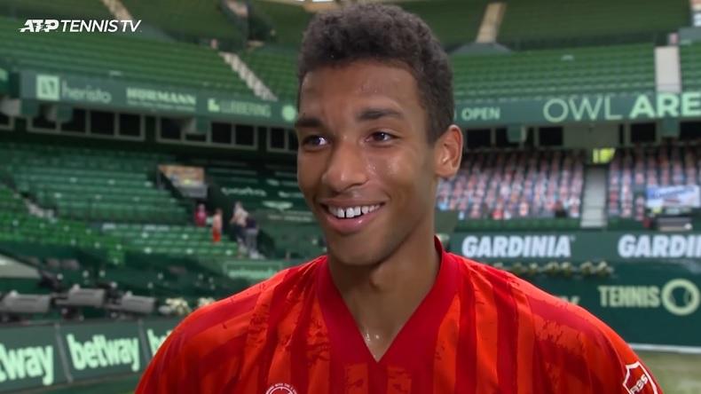 Félix Auger-Aliassime, 20 ans, avait le sourire après sa victoire contre son idole Roger Federer, 39 ans, au tournoi de Halle 2021.