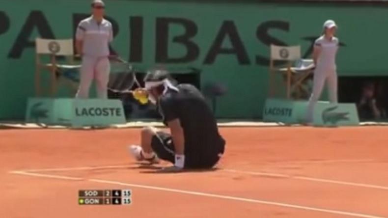 Fernando Gonzalez efface une trace avec ses fesses à Roland-Garros 2009.