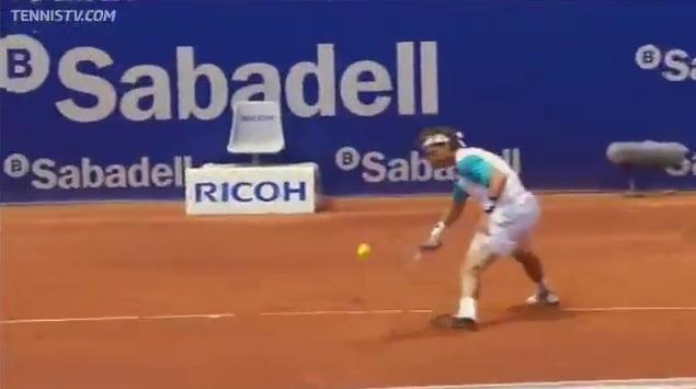 David Ferrer réalise une défense monstrueuse avec ce coup de squash au tournoi de Barcelone 2011.