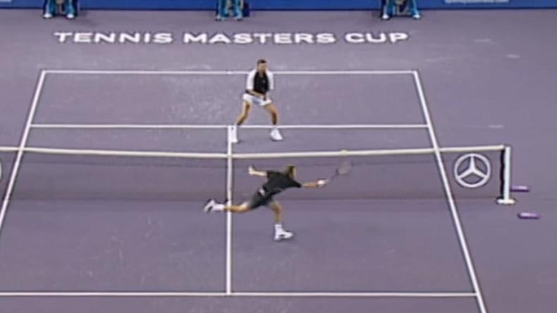 Deux points au filet dignes d'un jeu vidéo entre Juan Carlos Ferrero et Goran Ivanisevic au Masters 2001.