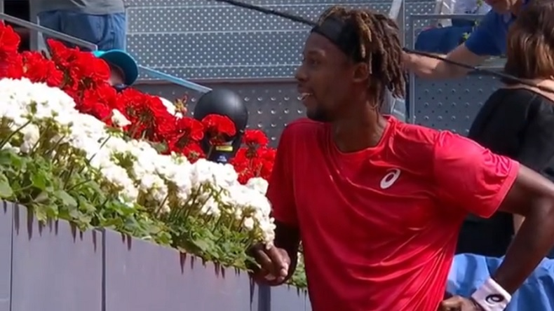 Sans solution face à Rafa, Gaël Monfils tape la discute avec des spectateurs à Madrid.