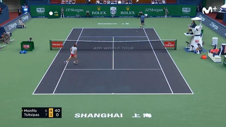 Gaël Monfils, dos au filet, a abandonné ce point contre Tsitsipas à Shanghai.