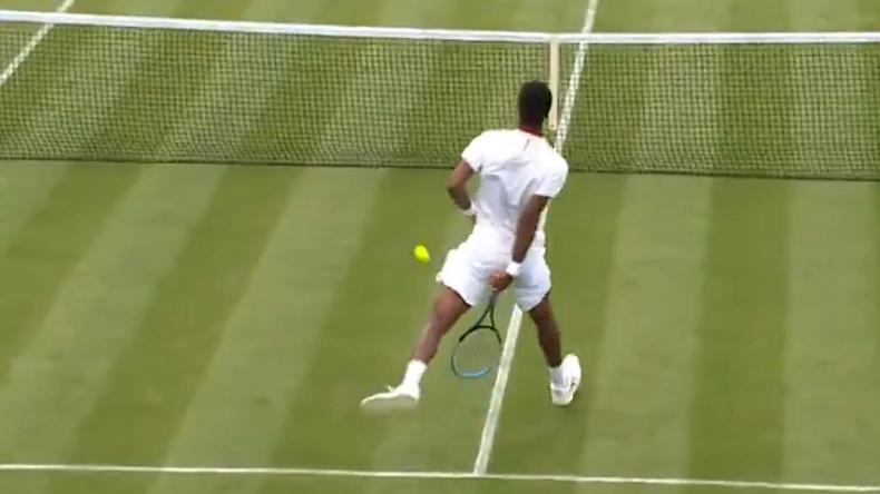 Gaël Monfils se fait plaisir avec une volée gagnante entre les jambes au premier tour de Wimbledon 2021.
