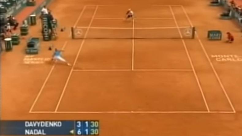 Rafael Nadal termine ce point contre Nikolay Davydenko au Masters 1000 de Monte-Carlo 2008 par une énorme glissade.