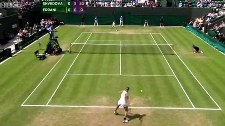 Yaroslava Shvedova est sur le point de mettre un set d'or à Sara Errani à Wimbledon 2012.