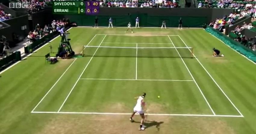 Yaroslava Shvedova est sur le point de marquer un set d'or à Sara Errani à Wimbledon 2012.