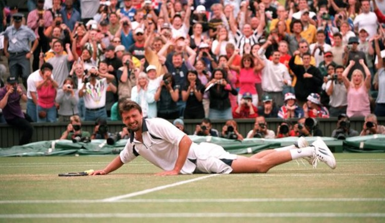 Ivanisevic, invité, remporte Wimbledon 2001 à l'issue d'une finale épique contre Rafter