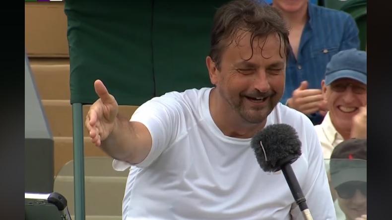 Henri Leconte et l'arbitre inversent les rôles à Wimbledon.