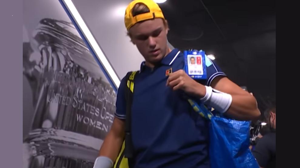 Holger Rune rentre sur le Court Central de l'US Open avec un sac IKEA.