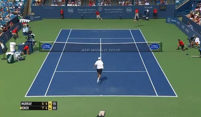 John Isner frappe un service kické monstrueux au Masters 1000 de Cincinnati 2014.