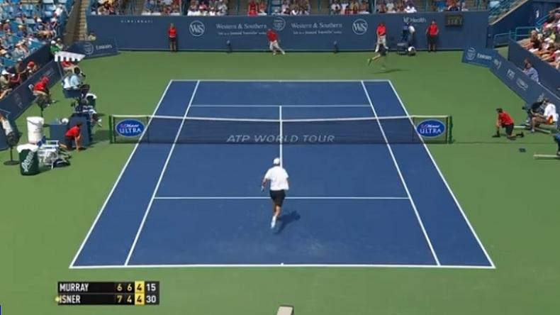 John Isner frappe un service kické de daron au Masters 1000 de Cincinnati 2014.