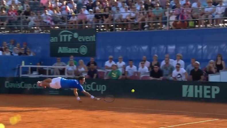 Ivan Dodig fait un plongeon spectaculaire pour remettre une balle lors du double en demi-finales de la Coupe Davis 2018.