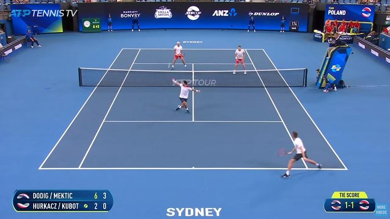Un trick shot chanceux mais superbe d'Ivan Dodig à l'ATP Cup 2020.