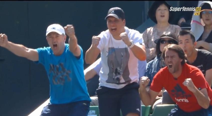 Le clan d'Ana Ivanovic exulte après un point énorme de la Serbe contre Caroline Wozniacki en finale du tournoi de Tokyo 2014.