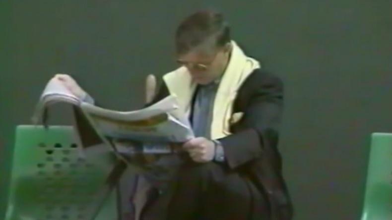 """""""Ne lis pas ton journal quand je joue"""" lance Jim Courier à ce spectateur en huitièmes de finale de Roland-Garros 1993."""