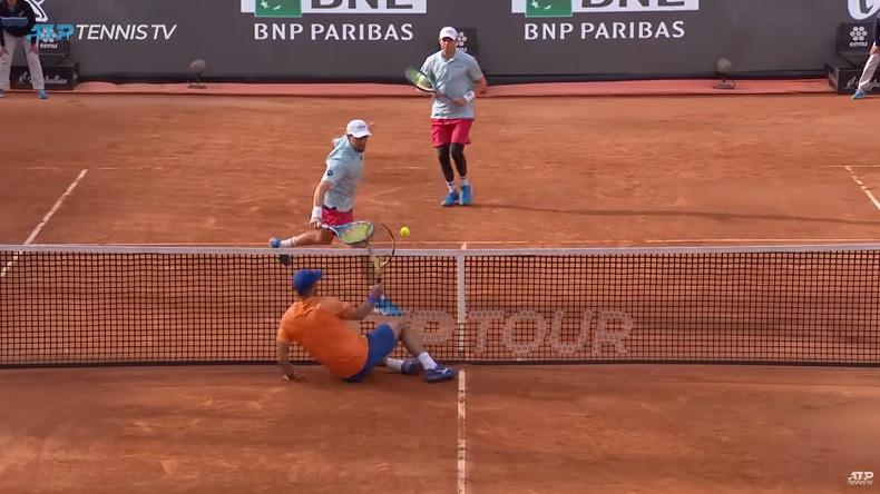 Le réflexe hallucinant de Juan Sebastian Cabal en double au Masters de Rome 2019.