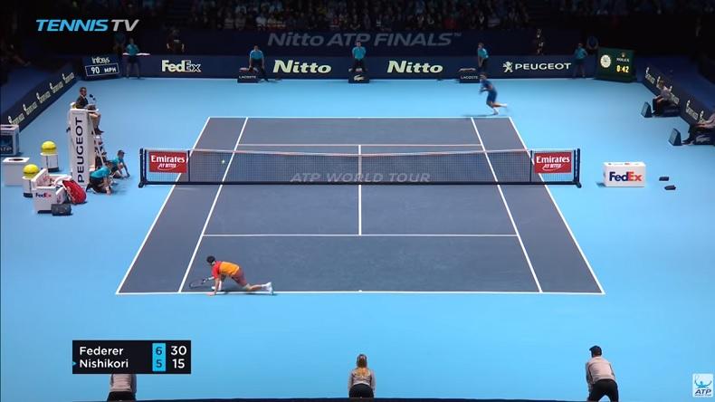 Kei Nishikori vient de frapper dans cette position un contre monumental face à Roger Federer au Masters 2018.