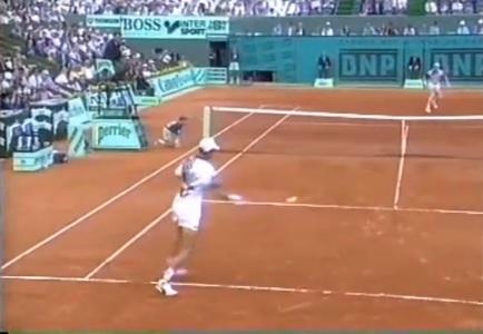 Un retour ridicule de Richard Krajicek contre Jim Courier à Roland Garros 1993.