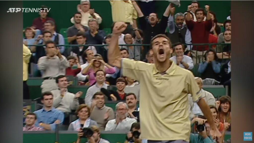 Guga Kuerten s'adjuge le Masters 2000 et la place de n°1 mondial en réalisant une performance monumentale : battre Sampras et Agassi coup sur coup.