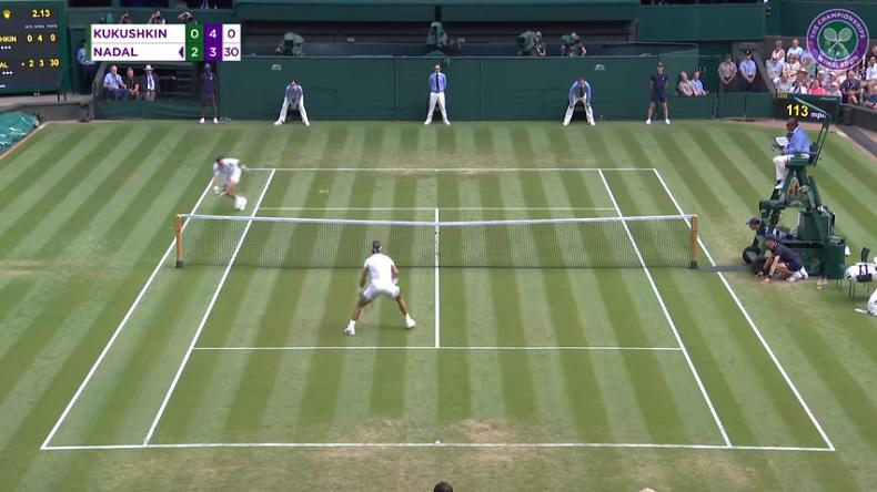 Mikhail Kukushkin trouve un angle parfait pour conclure un joli point face à Nadal.