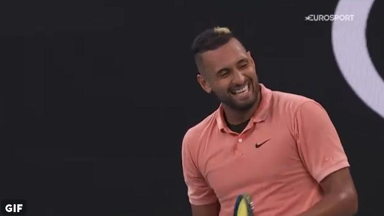 Nick Kyrgios rigole, après l'imitation de Gilles Simon de Rafael Nadal, suite à un avertissement.