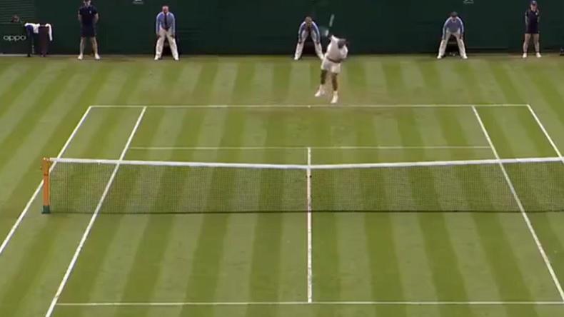 Nick Kyrgios sert au T sur la recommandation d'un spectateur à Wimbledon.