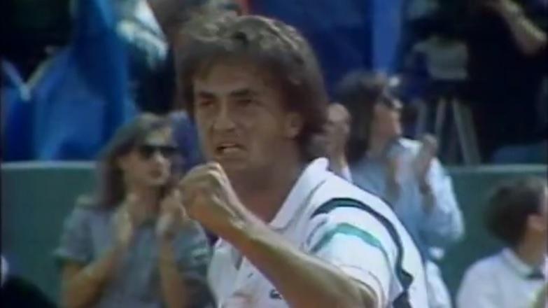 Le bouillant Henri Leconte serre le poing contre Andreï Chesnokov en huitièmes de finale de Roland-Garros 1990.