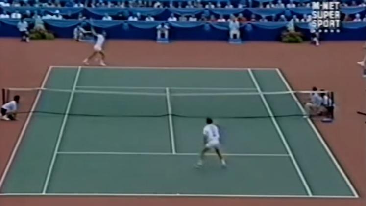 Ivan Lendl martyrise avec son revers à une main John McEnroe en finale de l'Open du Canada 1989.
