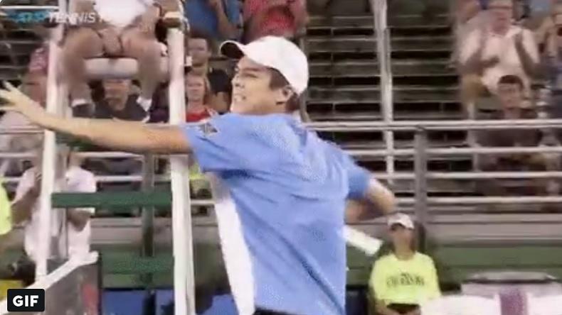 Mackenzie McDonald célèbre sa victoire sur Del Potro à Delray Beach en éclatant sa raquette. WTF !