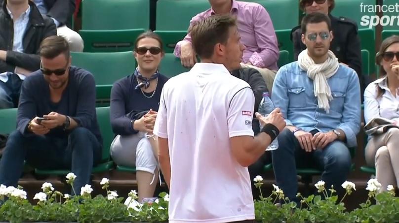 Pas content Nicolas Mahut après l'arrosage du court à la fin du troisième set contre Gilles Simon.