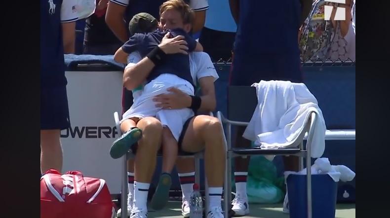 Nicolas Mahut se fait réconforter par son fils après sa défaite au dernier tour des qualifications de l'US Open 2018.