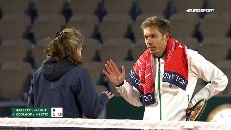 Nicolas Mahut n'accepte pas d'avoir pris un avertissement pour avoir craché sur le court à Roland-Garros, mais le règlement l'interdit avec la pandémie.