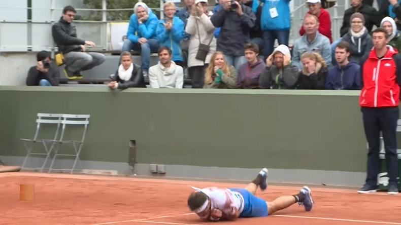 Marinko Matosevic roule sur la terre pour fêter sa victoire au premier tour de Roland-Garros 2014. Une célébration originale.