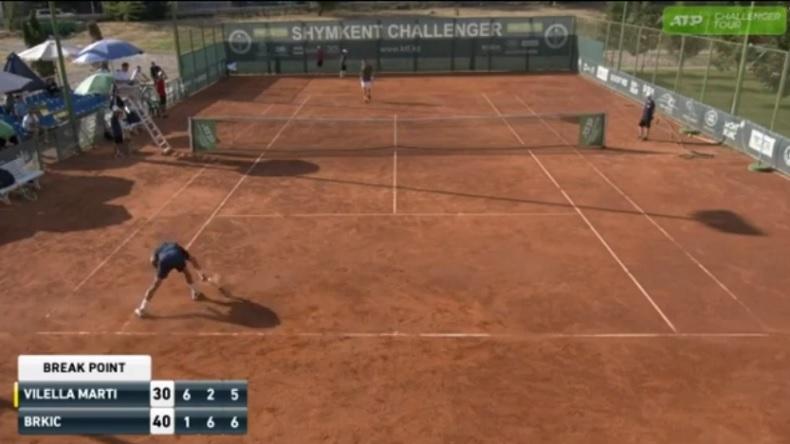 Mario Vilella Martinez signe une entrée remarquée sur Tennis Legend avec un cassage de raquette de haute facture.