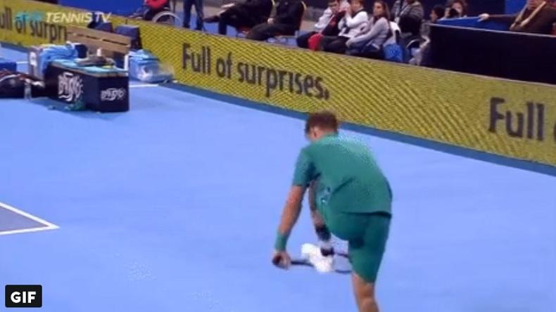 Martin Klizan s'apprête à couper en deux sa raquette à Sofia.