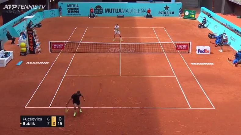 Le trick shot génial de Marton Fucsovics au Masters de Madrid 2021.