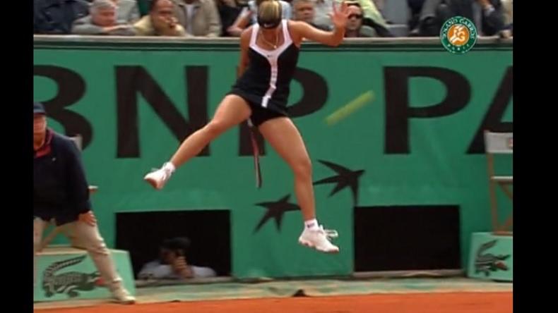 Mary Pierce réalise un lob de légende sur un coup entre les jambes à Roland-Garros 2000.