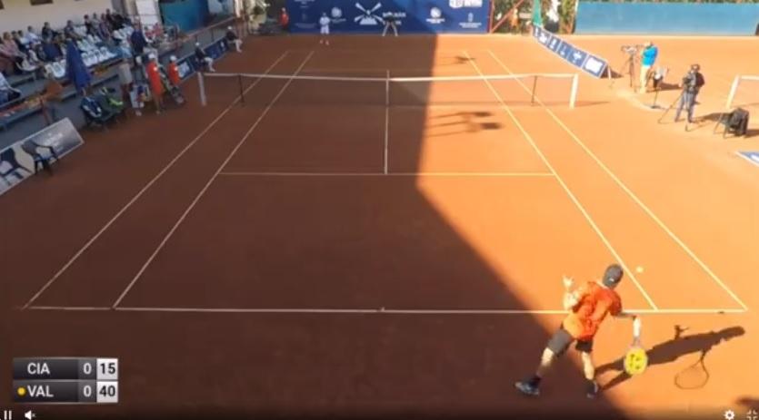 Ceci n'est pas un coup droit lors d'un échange mais le service à la cuillère de Mate Valkusz, qui a gagné le tournoi ITF de Budapest en servant comme cela en finale.