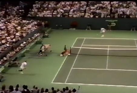 Miloslav Mecir, en bas à gauche, est en mauvaise posture contre Ivan Lendl en finale du tournoi de Miami 1987 mais il va remporter le point.