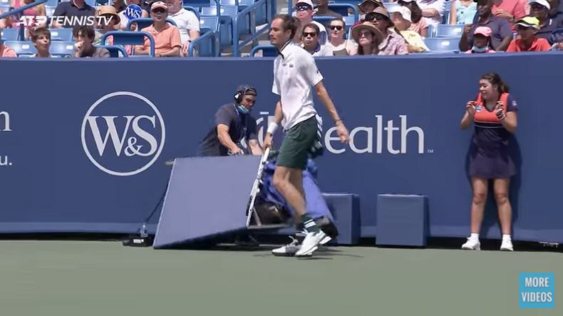 Daniil Medvedev a percuté et fait tomber une caméra en demi-finales du Masters de Cincinnati 2021.