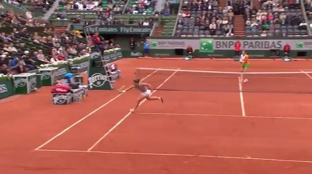 Le trick shot sympathique de Sara Errani en quarts de finale de Roland Garros 2014.