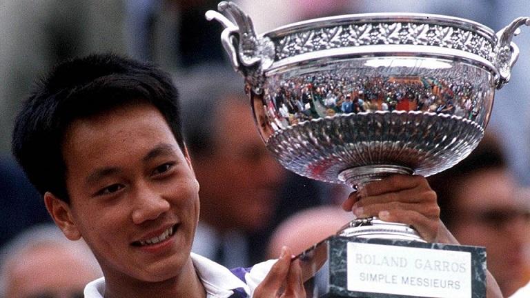 Michael Chang remporte Roland Garros en 1989. Il n'a alors que 17 ans.