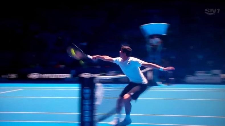 Milos Raonic réussit un coup insolite lors d'un match de double de la Hopman Cup 2014.