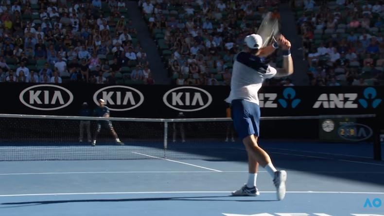 Le plus beau point du match entre Monfils et Djokovic à l'Open d'Australie 2018.