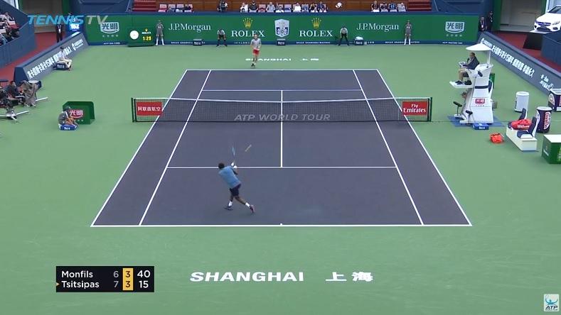 Gaël Monfils est en passe de conclure ce rallye énorme contre Stefanos Tsitsipas avec ce revers au tournoi de Shanghai 2018.